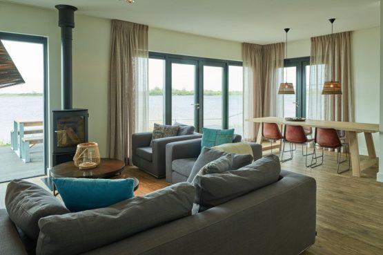 Villapparte-Baayvilla 12 Lauwersoog-Dutchen-Baayvilla's-Groningen-luxe vakantievilla voor 7 personen-aan het water-woonkamer met uitzicht