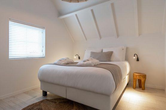 Villapparte-Zeeuws Duinhuis-luxe vakantiehuis voor 5 personen-Breskens-Zeeuws Vlaanderen-luxe master bedroom met luxe boxspringbedden