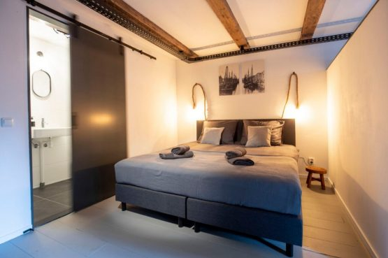 Villapparte-B&B Pakhuis Maassluis-2 luxe appartementen voor 2 tot 4 personen-aan de haven in Maassluis-luxe slaapkamer