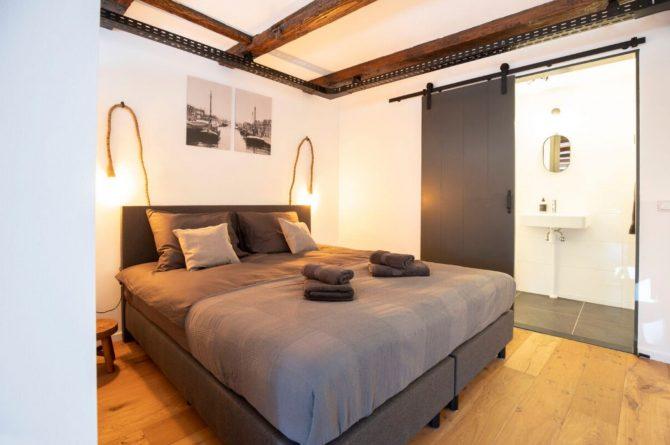 Villapparte-B&B Pakhuis Maassluis-2 luxe appartementen voor 2 tot 4 personen-aan de haven in Maassluis-luxe slaapkamer met badkamer