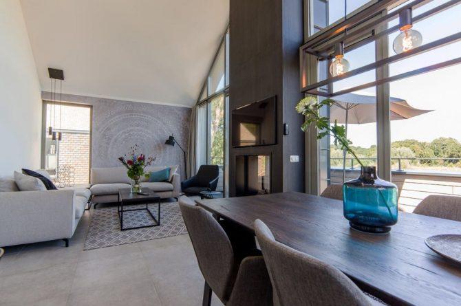 Villapparte-Dormio Resort Maastricht-Hertogenvilla Wellness Waterkant-luxe vakantiehuis voor 6 personen-met jacuzzi en sauna-Maastricht-eethoek