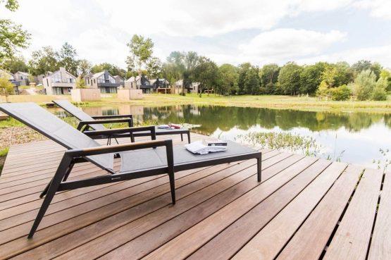 Villapparte-Dormio Resort Maastricht-Hertogenvilla Wellness Waterkant-luxe vakantiehuis voor 6 personen-met jacuzzi en sauna-Maastricht-ligstoelen