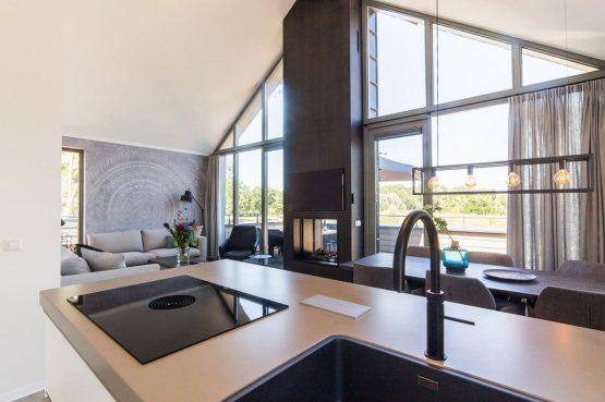 Villapparte-Dormio Resort Maastricht-Hertogenvilla Wellness Waterkant-luxe vakantiehuis voor 6 personen-met jacuzzi en sauna-Maastricht-moderne raampartij