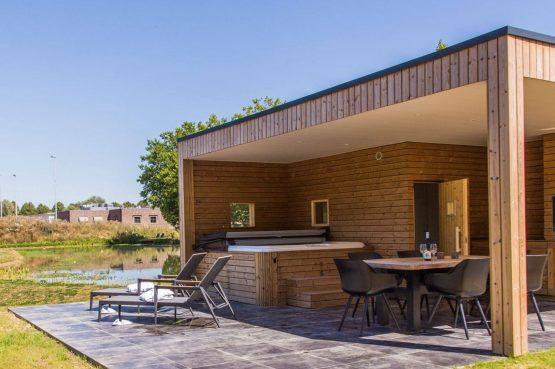 Villapparte-Dormio Resort Maastricht-Hertogenvilla Wellness Waterkant-luxe vakantiehuis voor 6 personen-met jacuzzi en sauna-Maastricht-overdekte buitenkeuke