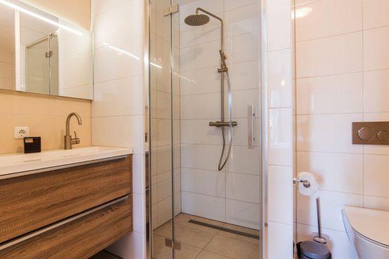 Villapparte-Dormio Resort Maastricht-Hertogenvilla Wellness Waterkant-luxe vakantiehuis voor 6 personen-met jacuzzi en sauna-Maastricht-regendouche