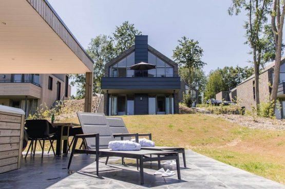 Villapparte-Dormio Resort Maastricht-Hertogenvilla Wellness Waterkant-luxe vakantiehuis voor 6 personen-met jacuzzi en sauna-Maastricht-terras