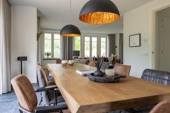 Villapparte-Dutchen-Villa Surf-luxe villa voor 8 personen-Ameland-tegen de duinrand-gezellige eettafel