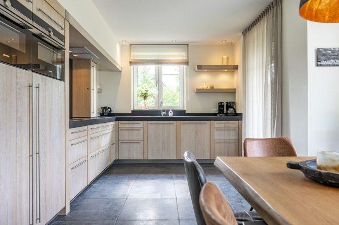 Villapparte-Dutchen-Villa Surf-luxe villa voor 8 personen-Ameland-tegen de duinrand-luxe keuken