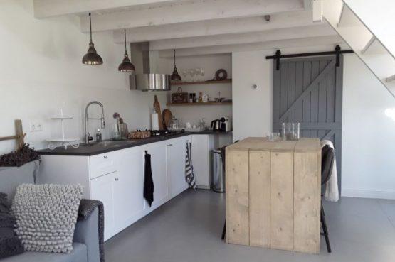 Villapparte-Natuurhuisje-Vakantiehuis Hof van Strijbeek-voor 4 personen-landelijk gelegen in Noord-Brabant-knusse keuken met eettafel