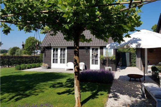 Villapparte-Natuurhuisje-Vakantiehuis Hof van Strijbeek-voor 4 personen-landelijk gelegen in Noord-Brabant-tuin met schaduw plekken