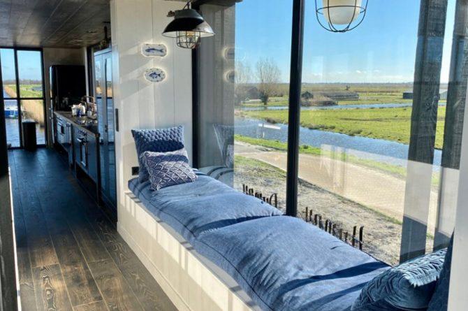 Villapparte-Natuurhuisje-Watervilla Zwarte Zwaan-Oostknollendam-luxe vakantiehuis op het water-6 personen-Zaanstreek-loungebank in het zonnetje
