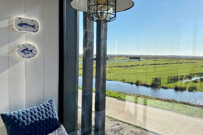 Villapparte-Natuurhuisje-Watervilla Zwarte Zwaan-Oostknollendam-luxe vakantiehuis op het water-6 personen-Zaanstreek-loungebank met uitzicht