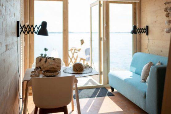 Villapparte-Roompot-Qurios Grevelingenstrand-Eco Lodge Grevelingenstrand-4 personen-zuid-holland-gezellige woonkamer