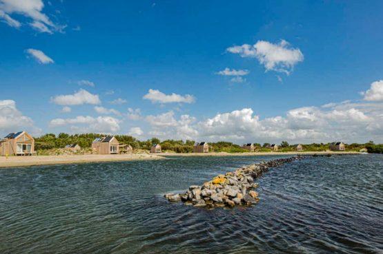 Villapparte-Roompot-Qurios Grevelingenstrand-Eco Lodge Grevelingenstrand-4 personen-zuid-holland-met je voeten in het water