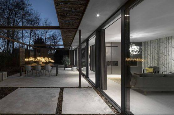 Villapparte-Special Villas-Vakantiehuis Stalen Boshuis-luxe vakantiehuis voor 4 personen-Oosterhout-Noord-Brabant-terras in de avond