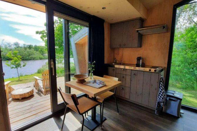 Villapparte-Tiny House Ljeppershiem-duurzaam en knus vakantiehuis voor 2 personen-Friesland-eethoek