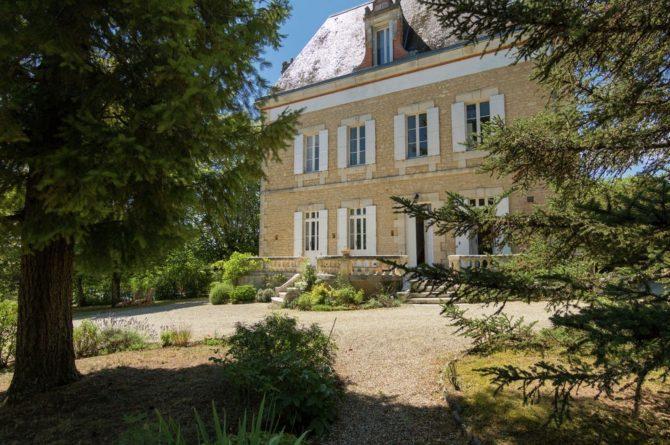 Villapparte-Belvilla-Landhuis La Peyrade Le P'tit chateau-vakantiehuis voor 6 personen met zwembad-chateau met trappen