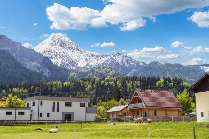 Villapparte-Belvilla-Vakantiehuis Faakersee-Finkenstein-luxe vakantiehuis voor 6 personen-Karinthië-Oostenrijk-tegen de bergen