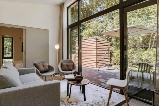 Villapparte-Dutchen-Suitelodge Sauna & Jacuzzi-luxe vakantiehuis voor 4 personen-Gooilanden-zithoek met schuifpui