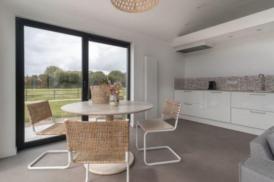 Villapparte-Natuurhuisje-Bosvilla Vrouwenpolder-luxe vakantiehuis voor 4 personen-Zeeland-eethoek in keuken