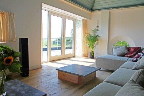 Villapparte-Special Villas-Vakantiehuis Grutte Tsjerke-luxe vakantiehuis in een verbouwde kerk-voor 10 personen-Friesland-romantische zithoek met uitzicht