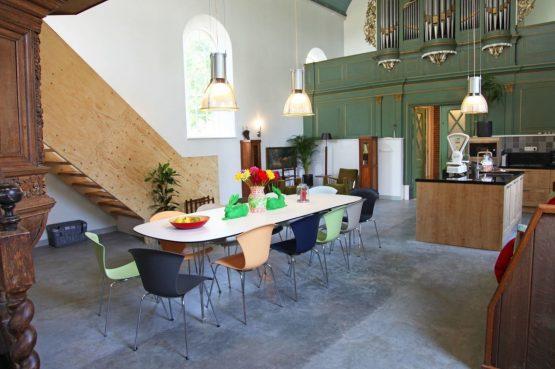 Villapparte-Special Villas-Vakantiehuis Grutte Tsjerke-luxe vakantiehuis in een verbouwde kerk-voor 10 personen-Friesland-ruime eetkeuken
