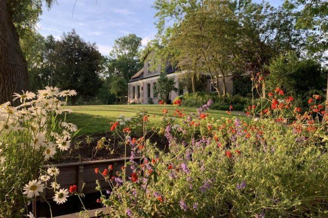 Villapparte-Belvilla-Boerderij Paulina Hoeve-knus vakantiehuis voor 4 personen-Alkmaar-Noord-Holland-bloemrijke tuin