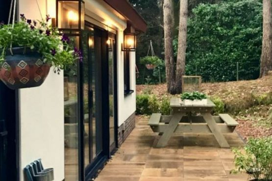 Villapparte-Natuurhuisje 35841-Vakantiehuis Midden in het Bos-romantisch vakantiehuis voor 6 personen-Lage Vuursche-Utrecht-gezellige picknickbank
