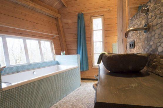 Villapparte-Ardoer-Boomhut XXL-romantische boomhut voor 4 personen-Camping Reeenwissel-Drenthe-badkamer