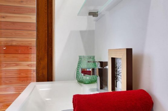 Villapparte-Boek uw buitenhuis-Woody Lodge Valerie-luxe vakantiehuis voor 4 personen-Twente-sfeer badkamer