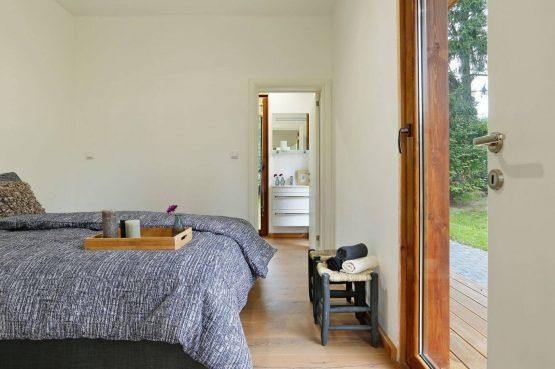 Villapparte-Boek uw buitenhuis-Woody Lodge Valerie-luxe vakantiehuis voor 4 personen-Twente-slaapkamer met badkamer
