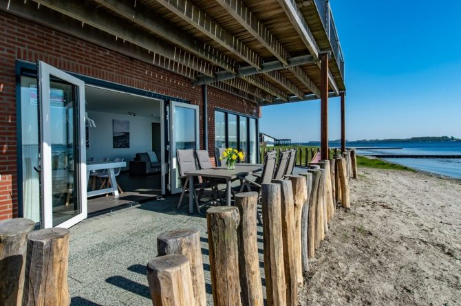 Villapparte-Ruiterplaat-Appartement 4 Schotsman Watersport-luxe appartement aan het water-voor 6 personen-Kamperland-Zeeland-terras aan het strand