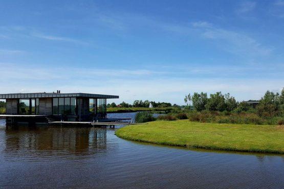Villapparte-Belvilla-Watervilla de Roerdomp-luxe woonboot voor 6 personen-Goengahuizen-Friesland-Wijde Ee