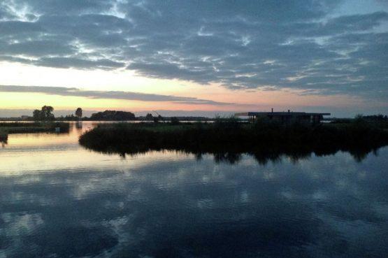Villapparte-Belvilla-Watervilla de Roerdomp-luxe woonboot voor 6 personen-Goengahuizen-Friesland-hollands uitzicht