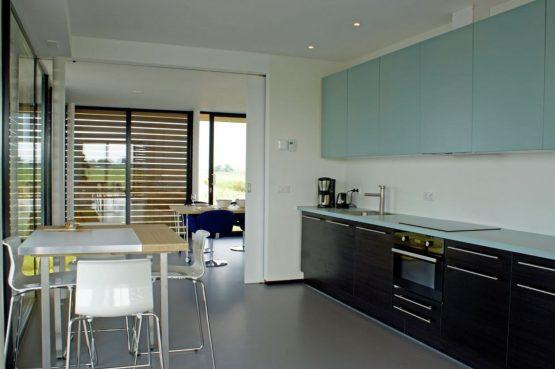 Villapparte-Belvilla-Watervilla de Roerdomp-luxe woonboot voor 6 personen-Goengahuizen-Friesland-keuken met eettafel
