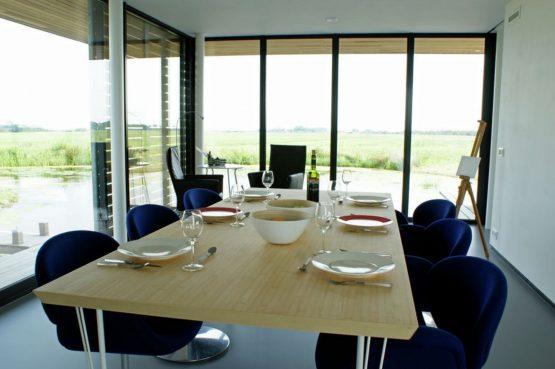 Villapparte-Belvilla-Watervilla de Roerdomp-luxe woonboot voor 6 personen-Goengahuizen-Friesland-luxe eethoek