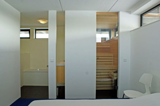 Villapparte-Belvilla-Watervilla de Roerdomp-luxe woonboot voor 6 personen-Goengahuizen-Friesland-luxe slaapkamer met badkamer