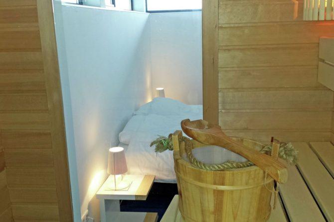 Villapparte-Belvilla-Watervilla de Roerdomp-luxe woonboot voor 6 personen-Goengahuizen-Friesland-luxe slaapkamer met sauna