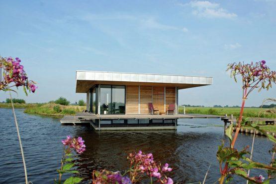 Villapparte-Belvilla-Watervilla de Roerdomp-luxe woonboot voor 6 personen-Goengahuizen-Friesland-omringd door water