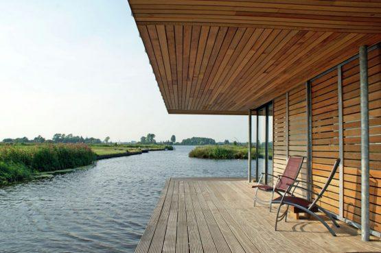 Villapparte-Belvilla-Watervilla de Roerdomp-luxe woonboot voor 6 personen-Goengahuizen-Friesland-terras aan het water