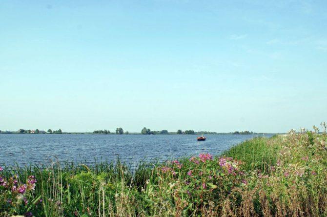 Villapparte-Belvilla-Watervilla de Roerdomp-luxe woonboot voor 6 personen-Goengahuizen-Friesland-uitzicht over het water