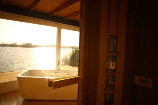 Villapparte-Natuurhuisje-Wellness Vakantiehuis Lekkerkerk-luxe vakantiehuis voor 2 personen-met sauna en bubbelbad-Lekkerkerk-schittering op het water