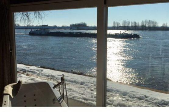 Villapparte-Natuurhuisje-Wellness Vakantiehuis Lekkerkerk-luxe vakantiehuis voor 2 personen-met sauna en bubbelbad-Lekkerkerk-winter tafereel