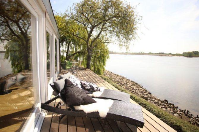 Villapparte-Natuurhuisje-Wellness Vakantiehuis Lekkerkerk-luxe vakantiehuis voor 2 personen-met sauna en bubbelbad-Lekkerkerk-zonnebedden aan de lek