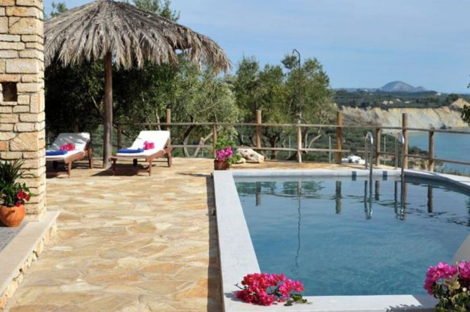 Villapparte-Eliza was here-Kymaros Villas-luxe villa's voor 2-8 personen-Zakynthos-Griekenland-terras met ligstoelen