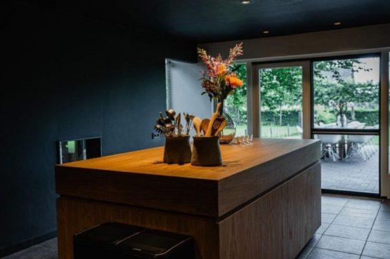 Villapparte-De Dorpswoning-De Volbloed-luxe vakantiehuis voor 12 personen-Leenderstrijp-Noord-Brabant-keuken met uitzicht