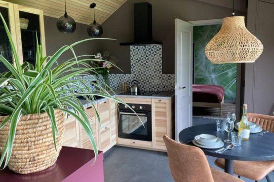 Villapparte-Natuurhuisje Tiny Roof Koudum-romantisch tiny house voor 2 personen-Friesland-gezellige eethoek