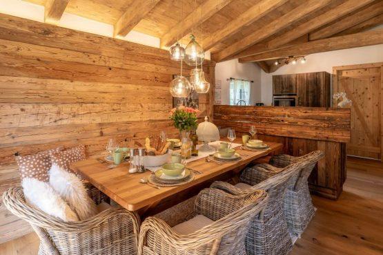 Villapparte-Villa for you-Vakantiehuis Tauernlodge Krimml-luxe vakantiehuis voor 10 personen-met sauna-Salzburgerland-Oostenrijk-gezellige eettafel